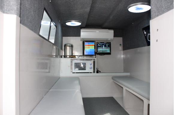 エアコン完備のキャビン内にはテレビ・電気ポット・電子レンジ完備